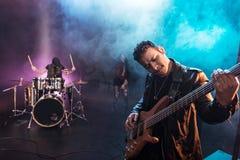Gitara elektryczna gracz z rock and roll zespołu spełniania hard rock muzyką Obrazy Stock
