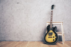 Gitara elektryczna i stolec Obraz Royalty Free