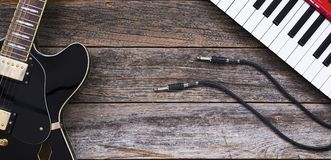 Gitara elektryczna, klawiatury i gitara kable, fotografia stock