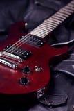 Gitara elektryczna na czarnej skórze Fotografia Royalty Free