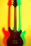 Gitara elektryczna na jaskrawym tle Zdjęcia Royalty Free