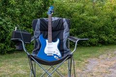 Gitara elektryczna na pla?owym krze?le obraz royalty free