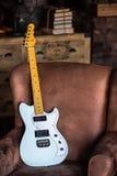 Gitara Elektryczna Opiera Przeciw leżance Zdjęcie Stock