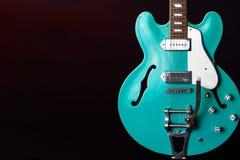 Gitara Elektryczna, turkus, 6 sznurek odizolowywaj?cy na czerni zdjęcie royalty free