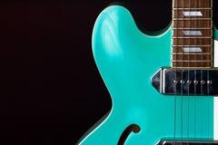 Gitara Elektryczna, turkus, 6 sznurek odizolowywaj?cy na czerni fotografia stock