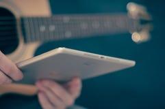 Gitara elektryczna z białą pastylką Fotografia Royalty Free