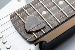 Gitara gryźć z sznurkami i mediatorem Obrazy Stock
