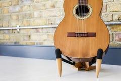 Gitara i ściana z cegieł - 1 5 Obraz Stock