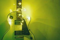 Gitara na jaskrawym tle obraz stock