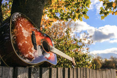 Gitara na ogrodzeniu Obrazy Stock