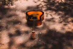 gitara na ziemi pod drzewami fotografia stock