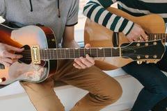 gitara nauki sztuki Muzyczna edukacja i extracurricular lekcje Hobby i entuzjazm dla bawić się gitarę i zdjęcie royalty free