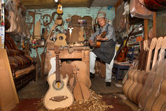 Gitara producenci robią zakupy w Paracho, Michoacan, Meksyk Zdjęcia Stock
