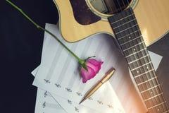 Gitara z piórem i wzrastał na nutowej książce, rocznika filtr Zdjęcie Stock