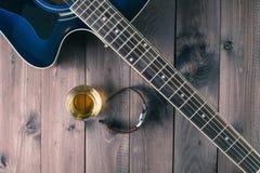 Gitara, zegarek i whisky, obrazy stock