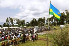 GITARAMA, RWANDA - SEPTEMBER 10, 2015: Niet geïdentificeerde mensen De Rwandese mensen die voor de ceremonie samenkomen Stock Afbeelding