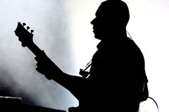 Gitarist στη σκηνή κατά τη διάρκεια της συναυλίας στοκ φωτογραφία με δικαίωμα ελεύθερης χρήσης