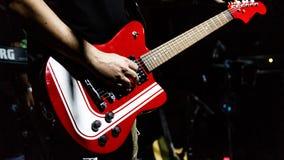 Gitarist bij een overleg met een gitaar royalty-vrije stock afbeelding