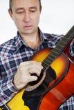 Gitarist, das Gitarre spielt Lizenzfreies Stockfoto