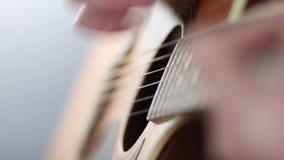 Gitarist die akoestische gitaar speelt stock videobeelden
