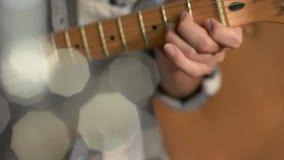 Gitarist, die muziek met zijn elektrische gitaar maken stock videobeelden