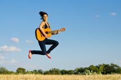 Gitarist in een sprong Stock Foto's