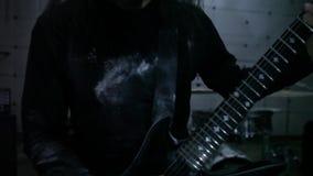 Gitarist het spelen in hangaar stock videobeelden