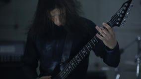 Gitarist het spelen in hangaar stock footage