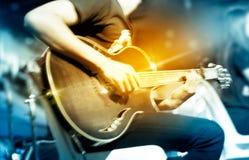 Gitarist op stadium voor achtergrond, trillend zacht en motieonduidelijk beeld Royalty-vrije Stock Foto