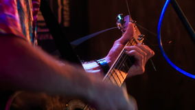 Gitarist Plays Guitar in Nachtclub tegen Lichte Flitsen stock videobeelden