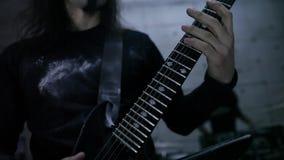 Gitarist in repetitie stock video