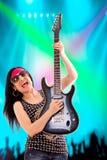 Gitarist Woman In Concert Royalty-vrije Stock Afbeeldingen