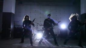 Gitaristen die in hangaar spelen stock video