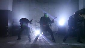 Gitaristen die in hangaar spelen stock videobeelden