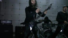 Gitaristen die in hangaar spelen stock footage