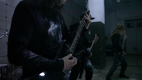 Gitaristen in repetitie stock footage