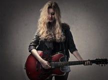 Gitaristvrouw stock foto's