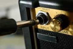 Gitarr ampere och kabel Arkivfoto