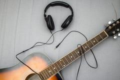 Gitarr hörlurar, kontur av spela för gitarrist arkivbilder
