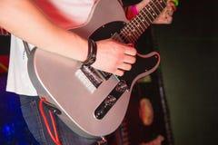 Gitarr i hand Royaltyfri Foto