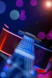 Gitarr i strålkastaren Fotografering för Bildbyråer
