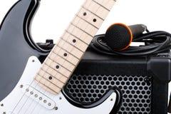 Gitarr med förstärkaren, mikrofonen och ljudsignal kabel Arkivfoto