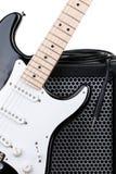 Gitarr med förstärkaren och ljudsignal kabel Royaltyfri Bild