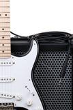 Gitarr med förstärkaren och ljudsignal kabel Arkivbild