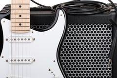 Gitarr med förstärkaren och ljudsignal kabel med stålarcloseupen Fotografering för Bildbyråer