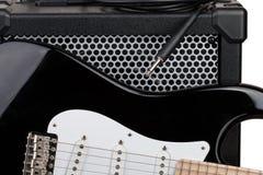 Gitarr med förstärkaren och ljudsignal kabel med stålarcloseupen Arkivfoto