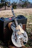 Gitarr och ampere i fält royaltyfria foton