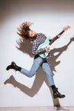 Gitarr och banhoppning för dam hållande arkivfoton