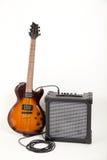 Gitarr och förstärkare med kabel Arkivfoto