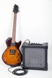 Gitarr och förstärkare med kabel Arkivbilder